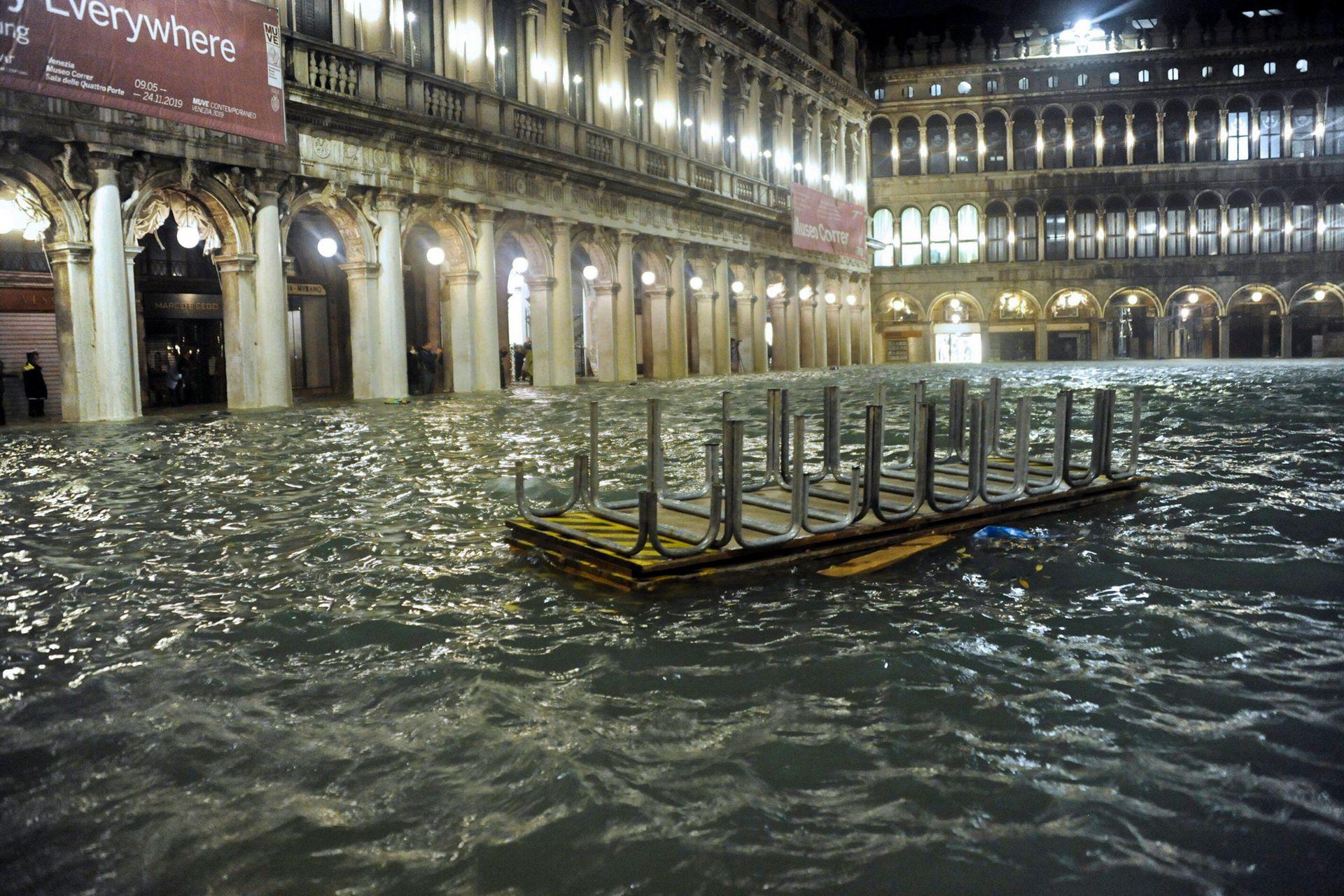 Una mesa de un restaurante flota en medio de la inundada Plaza de San Marcos