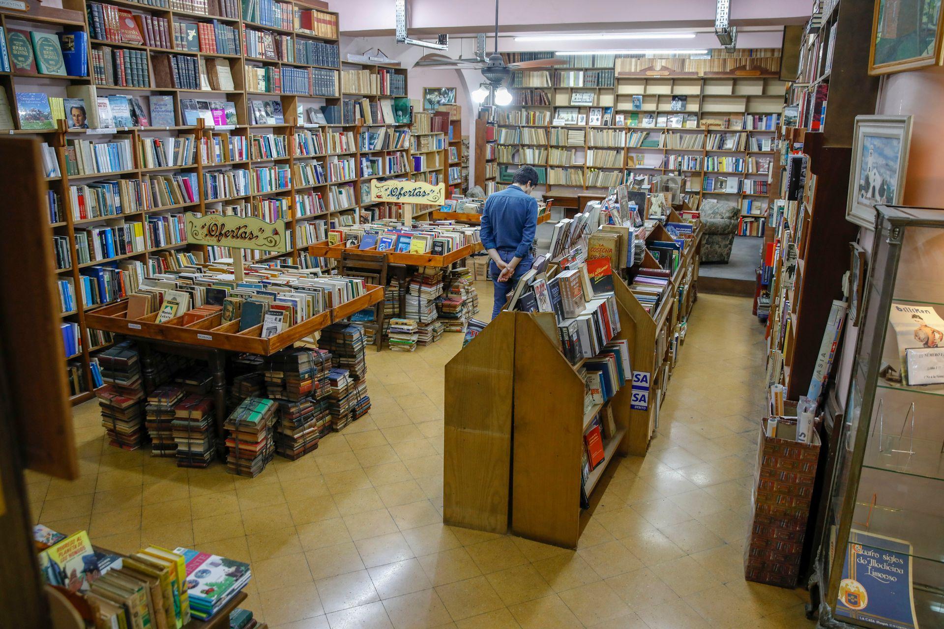 La librería también tiene varias góndolas con ofertas