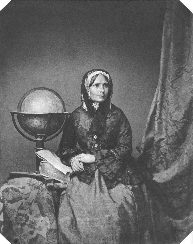 Ida Pfeiffer junto al símbolo de pasión: el globo terráqueo.