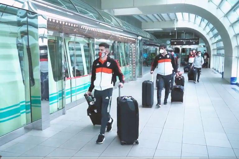 Jugadores de River en la llegada al aeropuerto de Orlando.