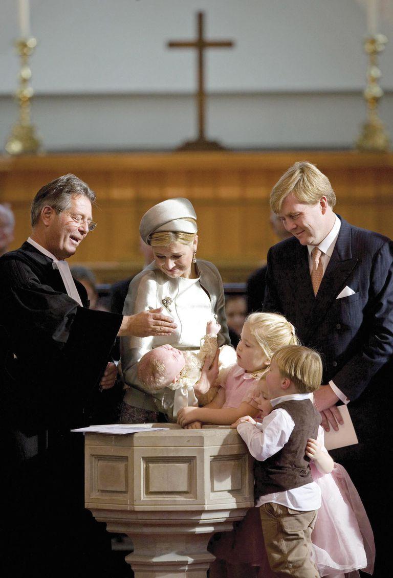 Si bien Máxima no cambió su fe, se comprometió públicamente a criar a sus hijos en la religión protestante. Las tres princesas fueron bautizadas según el rito de la Iglesia Reformista Holandesa