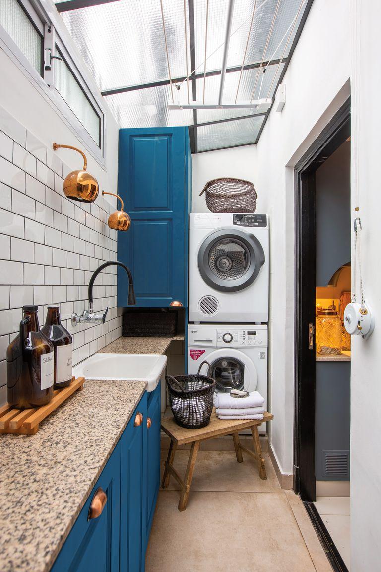 El color cobre es el hilo conductor entre el lavadero y la cocina que conectan visualmente gracias a un gran ventanal y una puerta a la que le calaron vidrio repartido