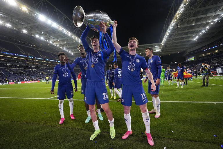 Havertz, autor del gol del triunfo, levanta la copa frente a los hinchas de Chelsea
