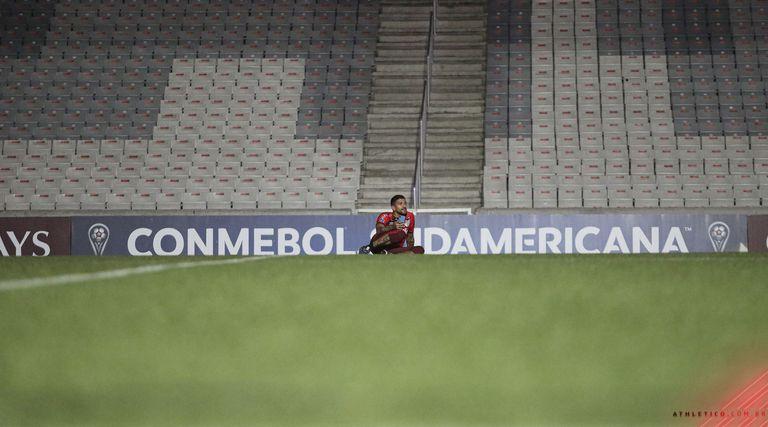 En la inmensidad del estadio de Athletico Paranaense, Lucho González se retiró del fútbol profesional.