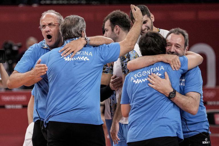 Marcelo Méndez, entrenador del seleccionado argentino de vóley, festeja con sus asistentes tras el triunfo en tie-break ante Italia por los cuartos de final de Tokio 2020.