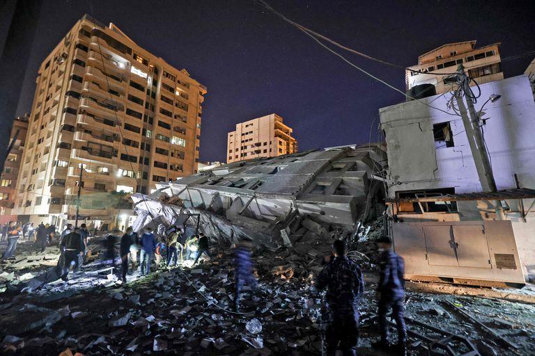 Un edificio destruido por cohetes israelíes en la Ciudad de Gaza