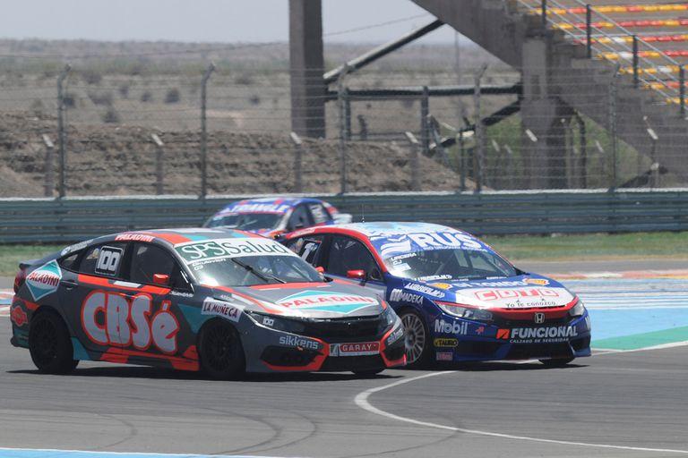 Ganador y campeón: Carlos Okulovich (auto N°100), volvió a la victoria después de una década; Manu Urcera, con el cuarto puesto, se aseguró el título en 2020