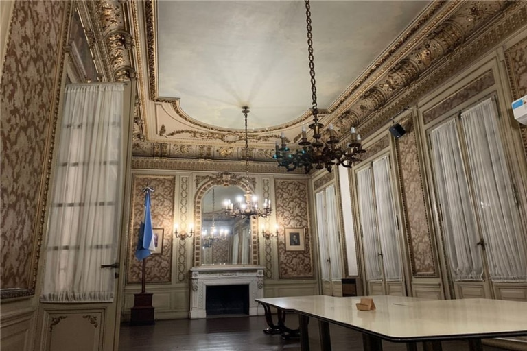 La planta baja tiene una amplia sala de reuniones
