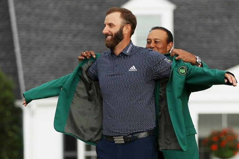 Tiger Woods le coloca el saco verde al ganador del Masters de Augusta, Dustin Johnson.