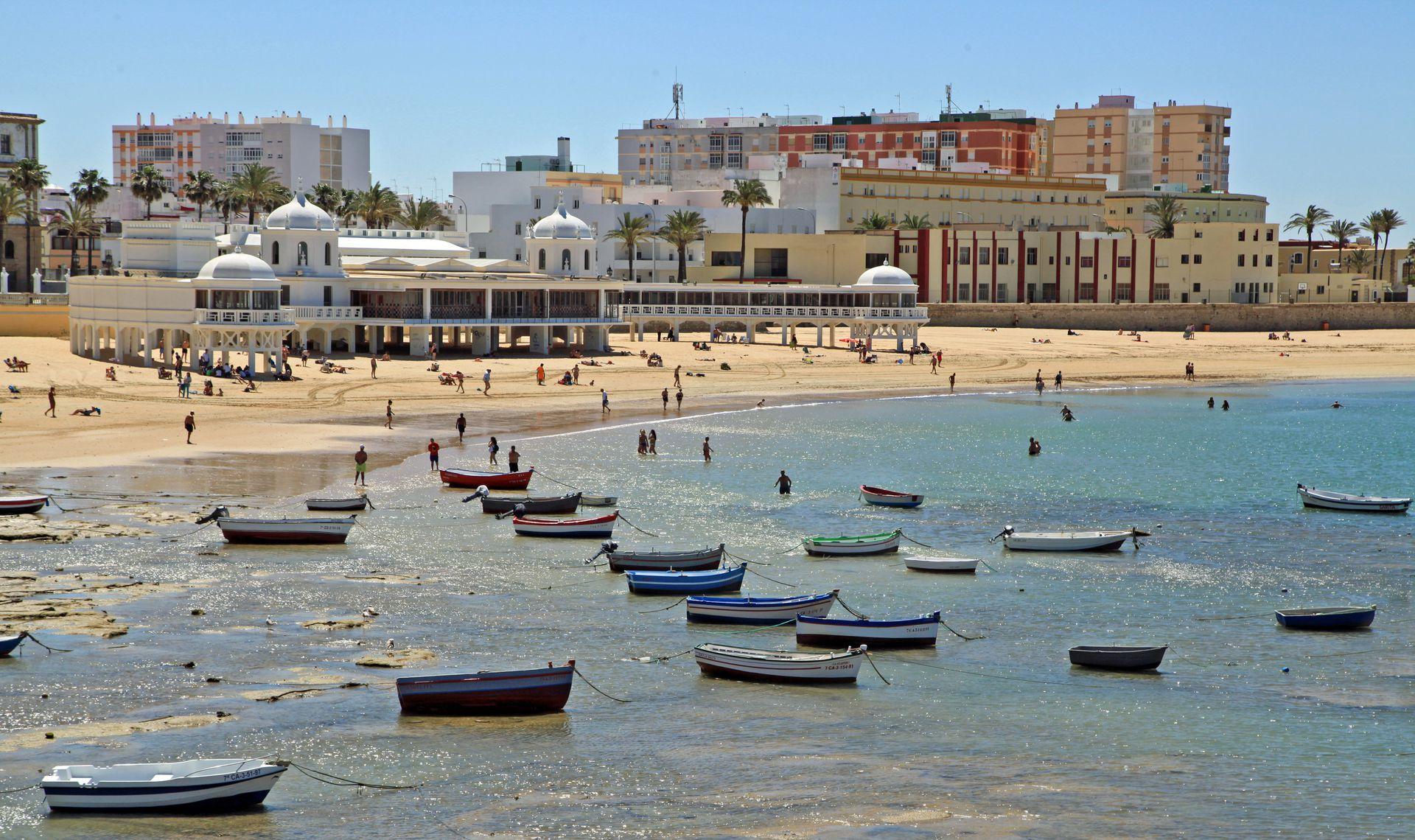 La Caleta y la ciudad antigua de Cádiz de fondo.