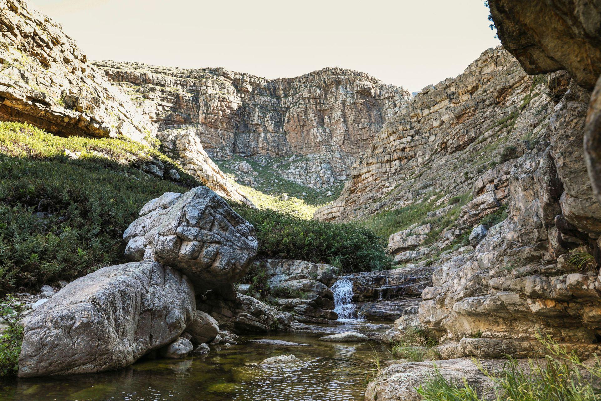 La excursión hacia la Cascada Escondida es una caminata de 3 horas con suaves ascensos, remontando el cauce de un arroyo hasta una cascada con piletas naturales.