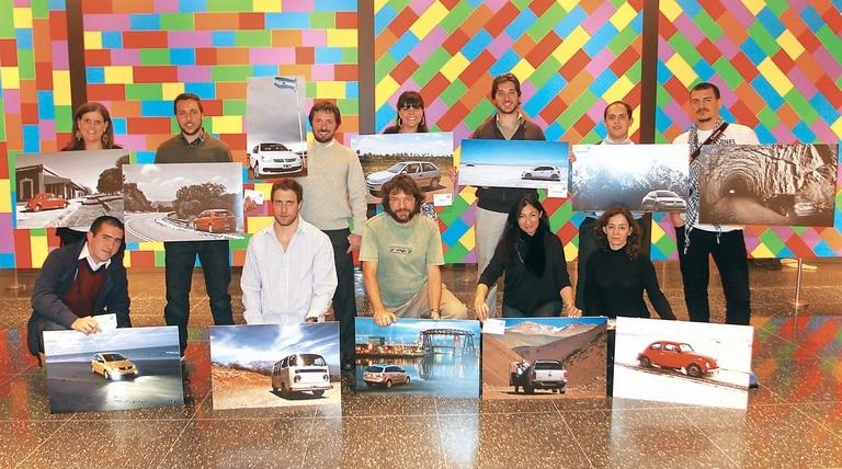 Delante de una pieza de Sol LeWitt, los ganadores de ''Argentina desde un Volkswagen'' (todos sus nombres, en el recuadro)
