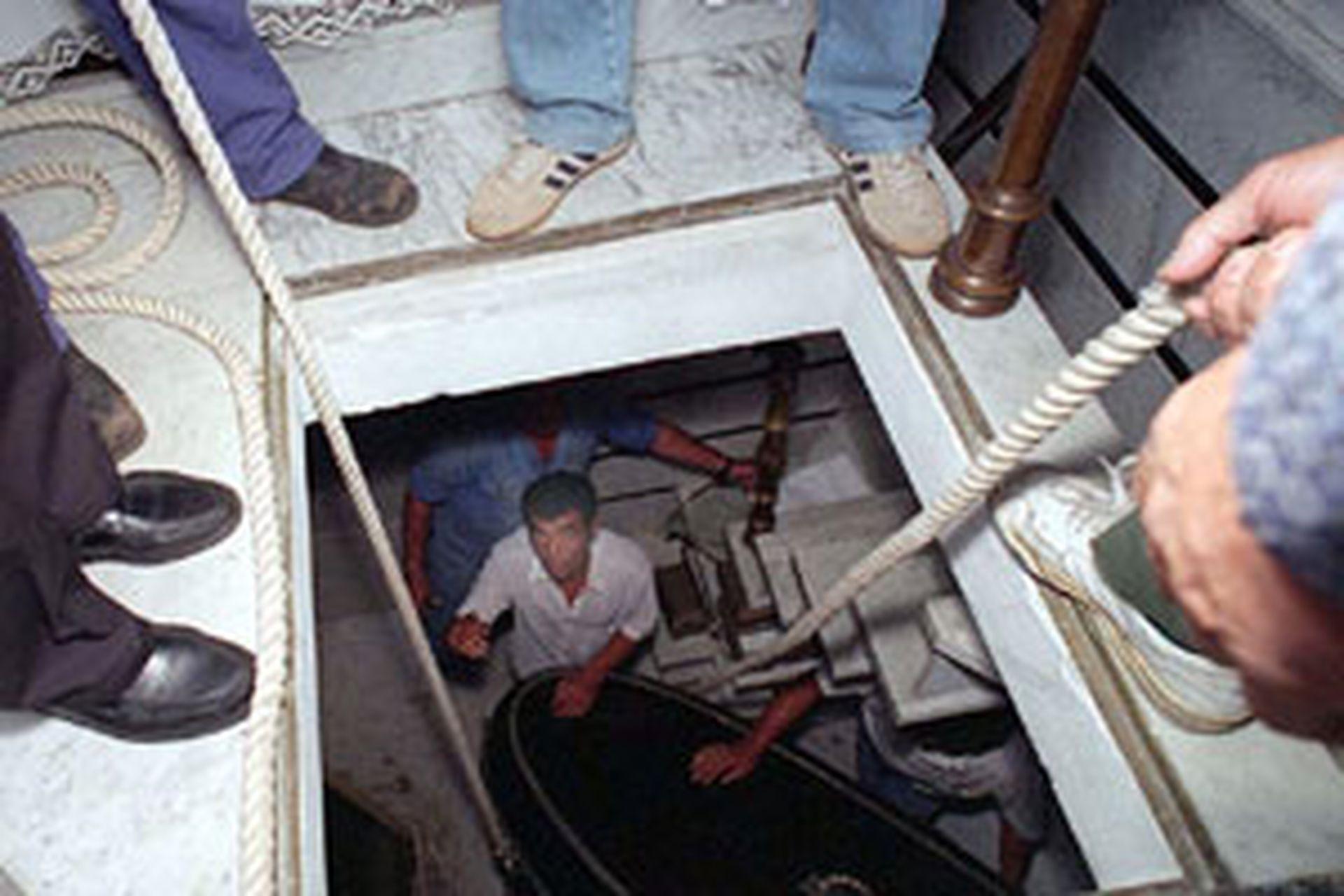 Ante la sospecha de una nueva profanación, en 1995 se reabrió el féretro de Perón