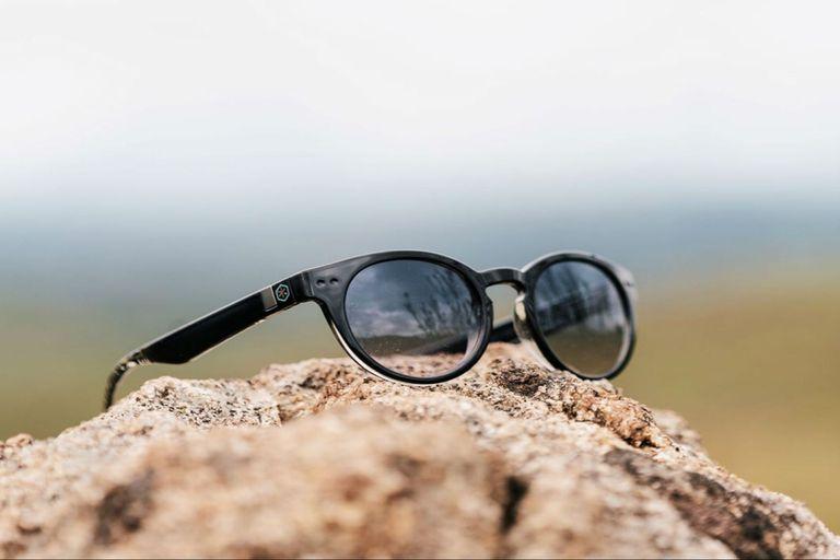 """""""Los anteojos son 100% de plástico reciclado. Detrás de cada uno hay mucho trabajo"""", dijo Vázquez"""