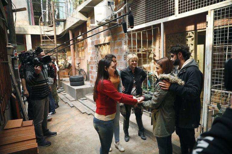 González, Brédice, Gonzalo Heredia, Cherri y Shirley Briceño graban una escena de la tira que se estrena el lunes