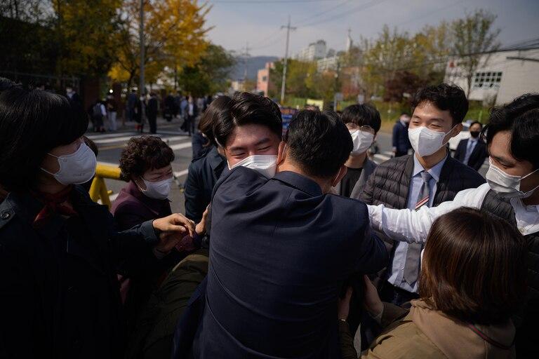 Un testigo de Jehová de Corea del Sur y objetor de conciencia al servicio militar obligatorio se despide de su familia cuando llega para ingresar a un centro correccional para comenzar a capacitarse como administradores, en Daejeon el 26 de octubre de 2020
