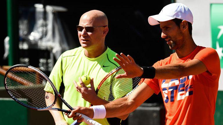 Agassi junto con Djokovic en una práctica en Roland Garros