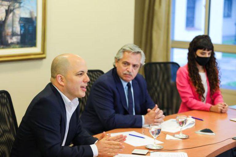 Alberto Fernández con el secretario de Municipios, Avelino Zurro, al presentar el programa Municipios de Pie