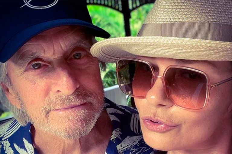 El romántico beso de Catherine Zeta-Jones a Michael Douglas, con una cita a William Shakespeare