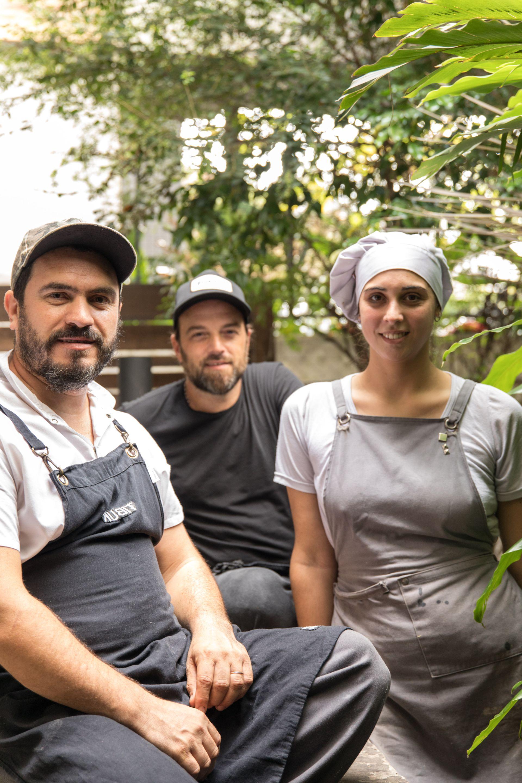 """El jefe de cocina Germán """"Nego"""" De Rosa, el dueño y chef Julián Tiberio y la cocinera Natalia Dale Capello."""