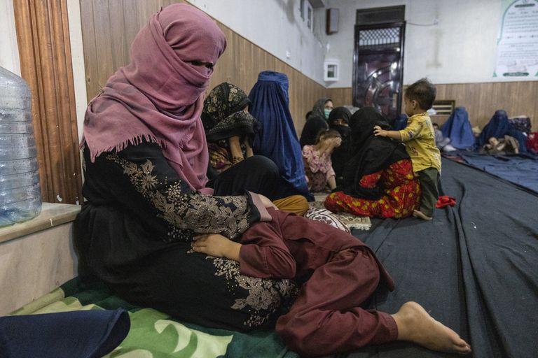 Mujeres y niños afganos desplazados de Kunduz en una mezquita que los está albergando en Kabul, Afganistán
