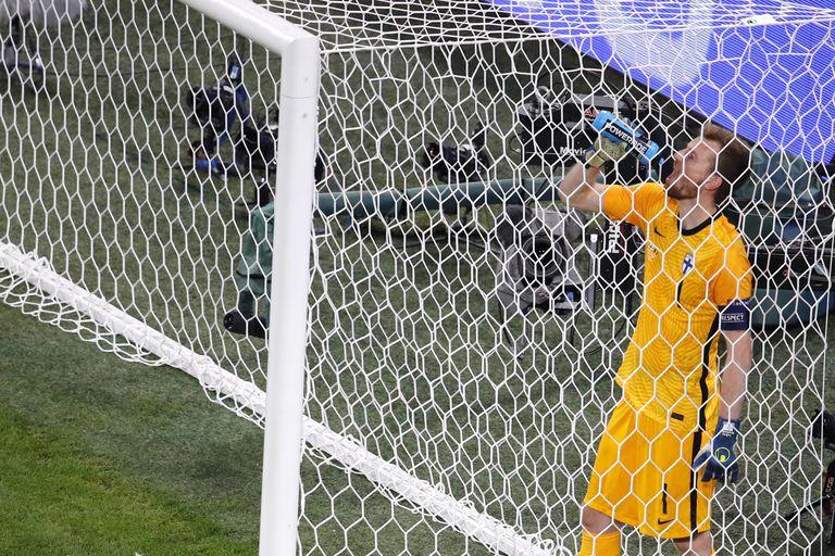 El arquero Lukas Hradecky no lo puede creer: venía atajando muy bien ante Países Bajos y terminó haciendo un gol en contra