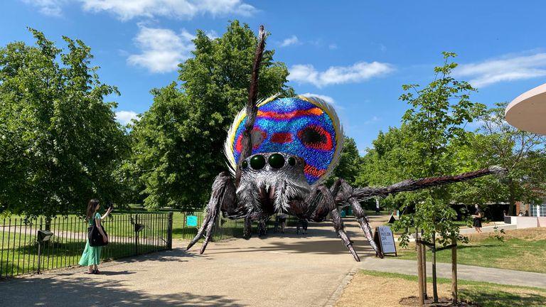 Una de las arañas creadas por Tomás Saraceno y Acute Art, con realidad aumentada, geolocalizada en las Serpentine Galleries de Londres