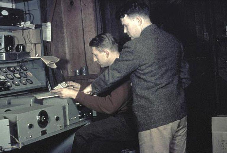 David Packard (1912-1996) y de pie, a su lado, William Hewlett (1913-2001), en el garaje donde fundaron su compañía.