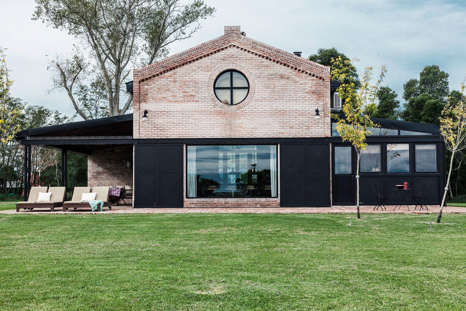 Como un galpón ferroviario reciclado esta casa de campo hecha a nuevo rinde culto a la tradición con mucho diseño y cero complejos