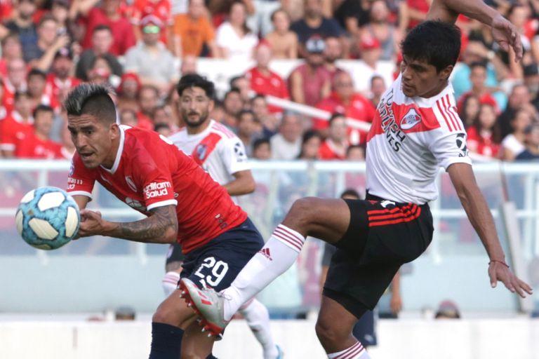 Rojas le gana a Leandro Fernández, en el partido ante Independiente. Gallardo le dio la oportunidad y el paraguayo la aprovechó