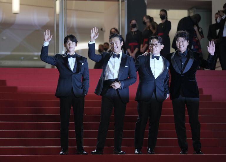"""ARCHIVO - De izquierda a derecha, Yim Si-wan, Lee Byung-hun, el director Han Jae-rim y Song Kang-ho posan al llegar al estreno de """"Emergency Declaration"""" en el Festival de Cine de Cannes, en el sur de Francia, el viernes 16 de julio de 2021. (AP Foto/Vadim Ghirda, Archivo)"""