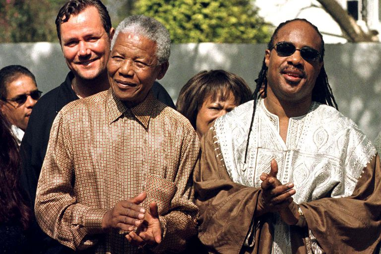 Stevie Wonder junto al presidente de Sudáfrica, Nelson Mandela, en Johannesburgo, en 1998