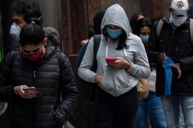 Una fila para el cobro de seguro de desempleo, ayer, en Santiago