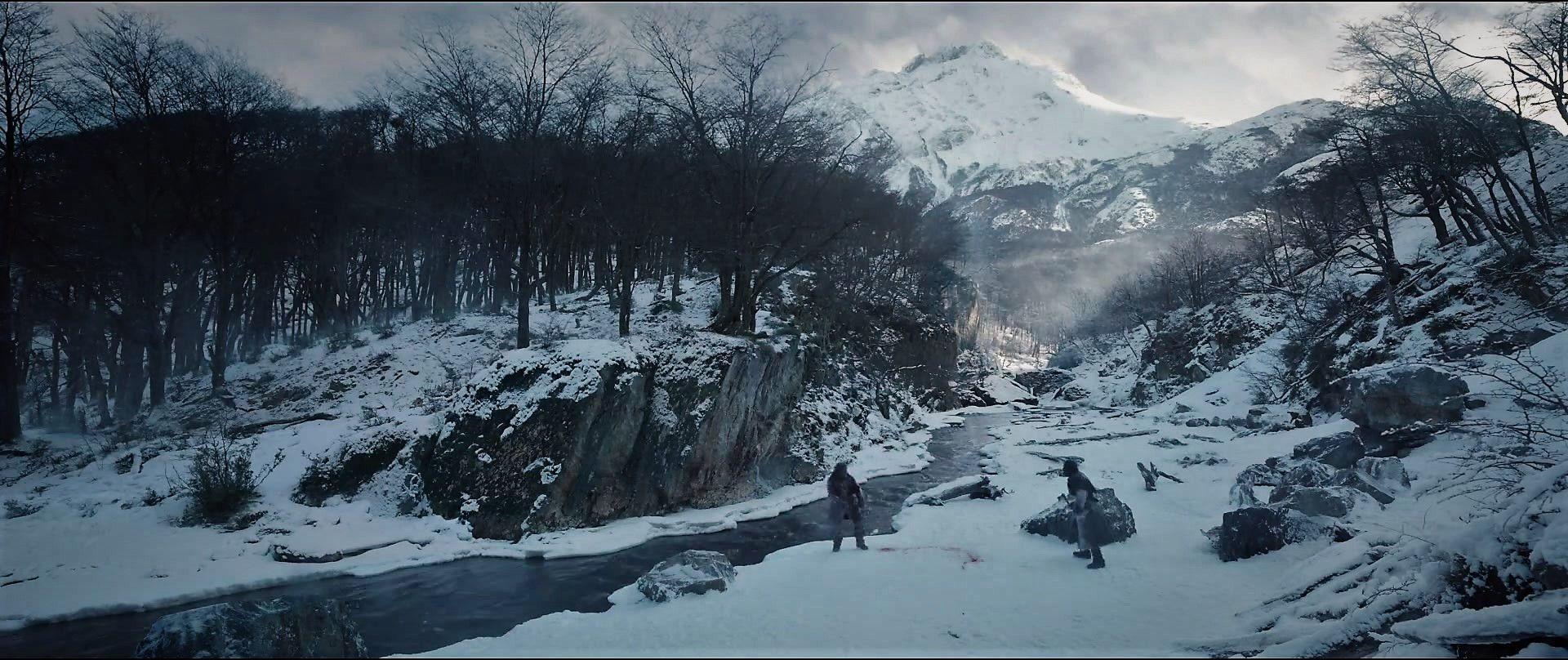 A orillas del río Olivia, Hugh Glass (Leo DiCaprio) y John Fitzgerald (Tom Hardy) definen sus destinos. Fuente: IMBd.
