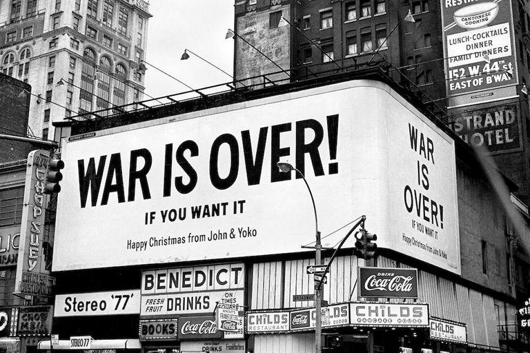 """La campaña """"La guerra ha terminado (si vos querés)"""", que crearon con Ono, ocupó carteles de Nueva York, Roma, Atenas, Tokio y Londres"""