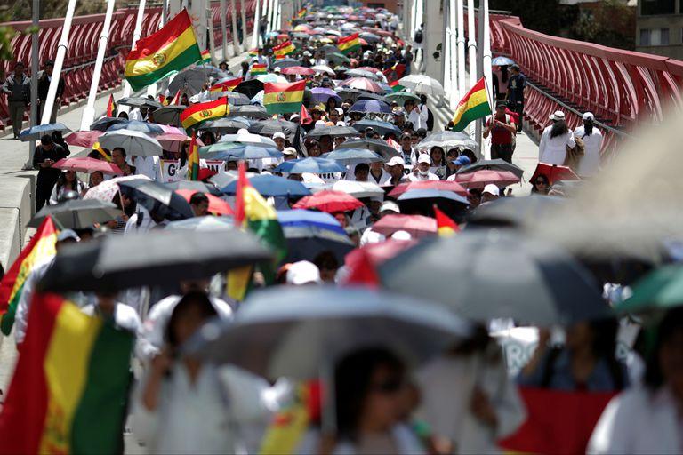 Médicos y trabajadores del sector salud protestaron hoy contra un supuesto fraude en los comicios presidenciales del domingo que favoreció a Evo Morales