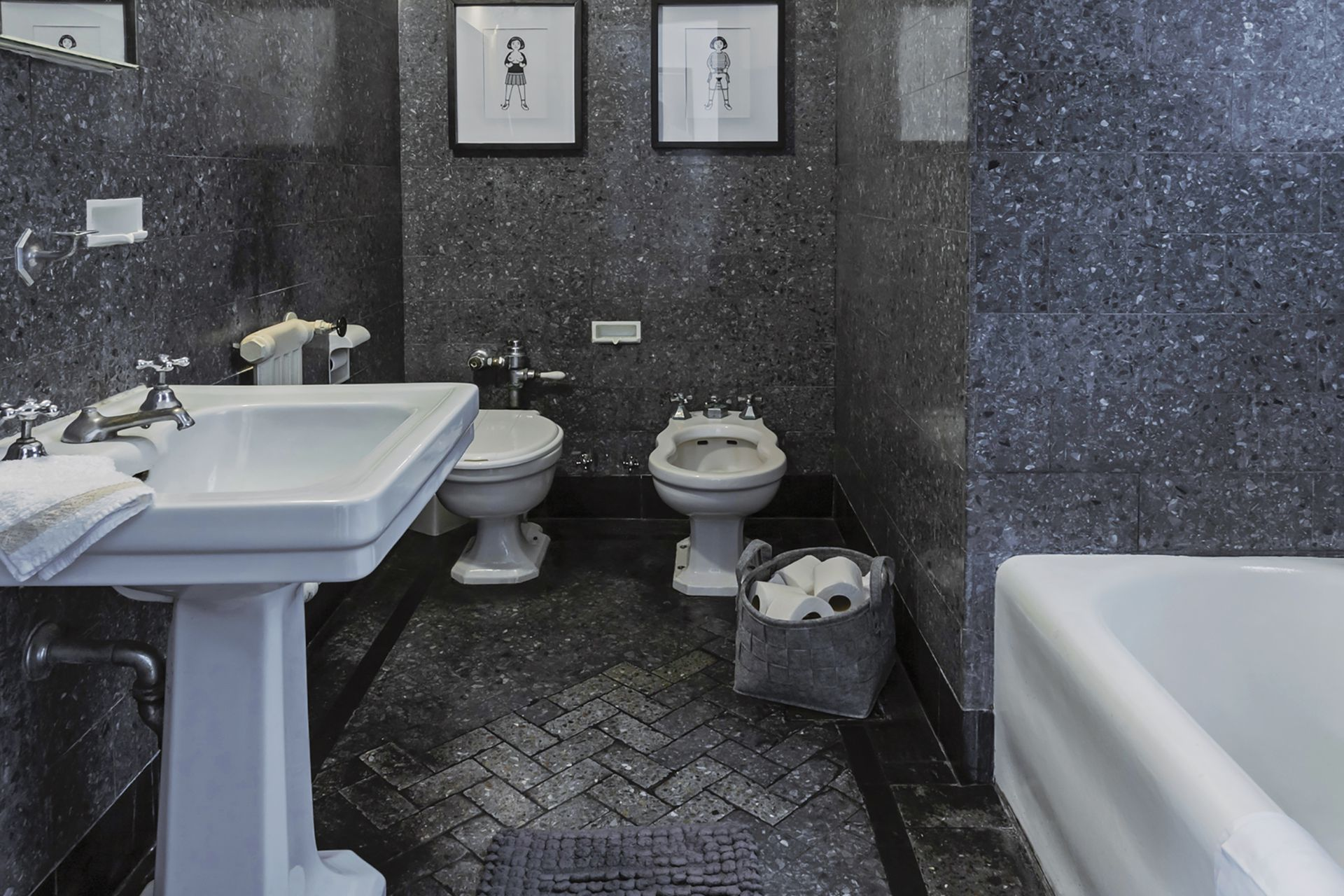 En el baño, se respetaron artefactos y revestimientos originales, en sintonía con las áreas públicas del edificio, de influencia art déco.