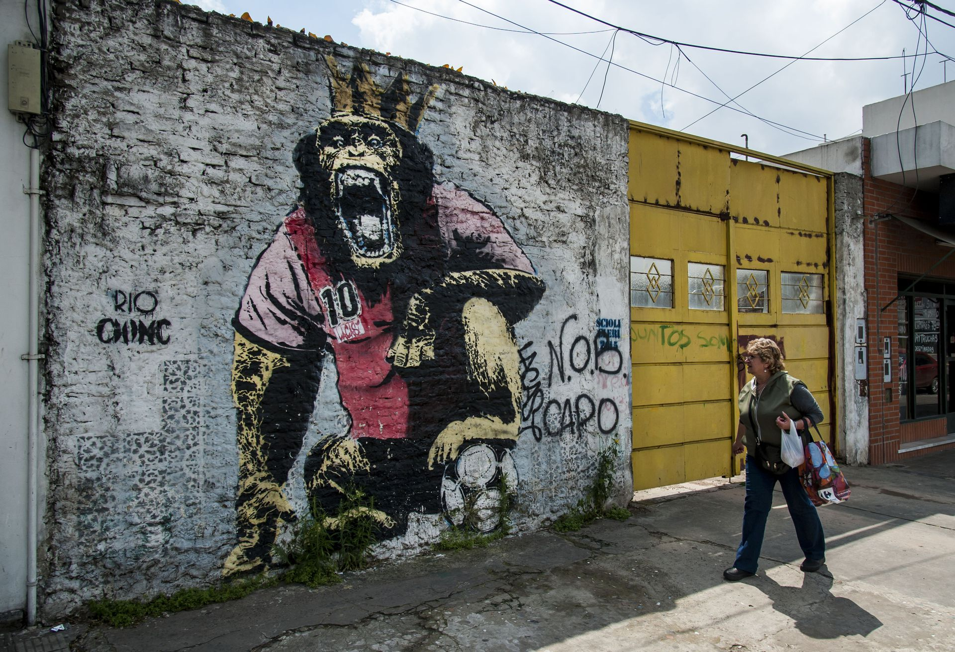El autor de este mural en Rosario, Lautaro Lacast, asegura que la pintura no está inspirada en el poder de Los Monos, pero la relación es inevitable