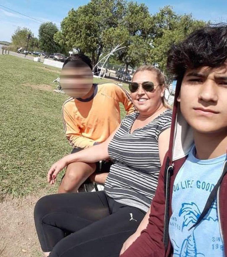 Nehuén, blureado; Mónica, en el medio; y Gerónimo, más adelante. La mujer luchó por tener la tenencia de sus sobrinos.