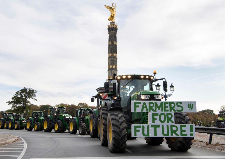 Cientos de tractores marcharon por la Columna de la Victoria, en Berlín