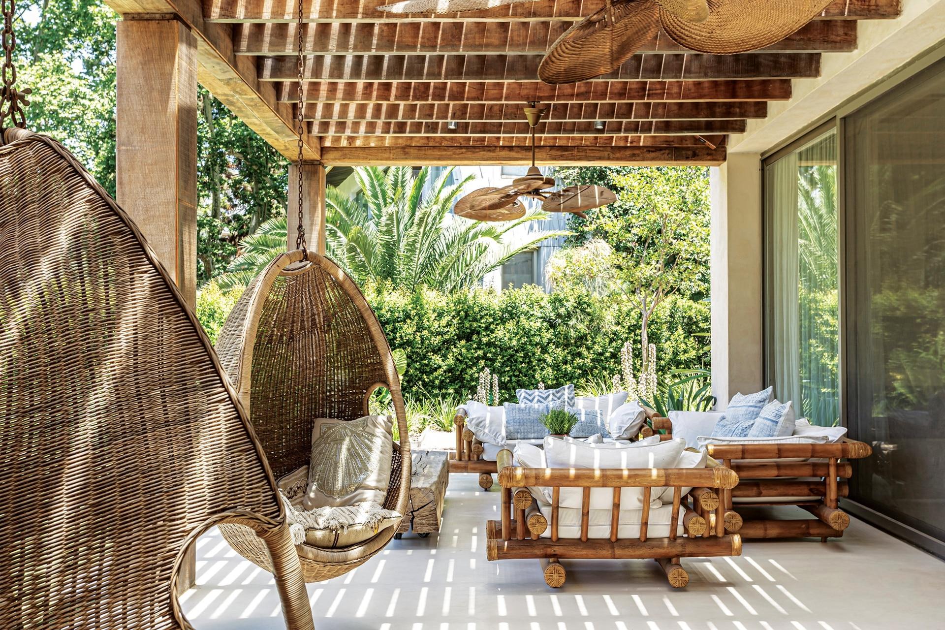 En la galería, ventiladores tipo cubanos (Mimbrero del Pilar), hamacas colgantes (Compañía Nativa), pérgola (Gabriel Konfederak) y living con sillones de bambú traídos de Uruguay.