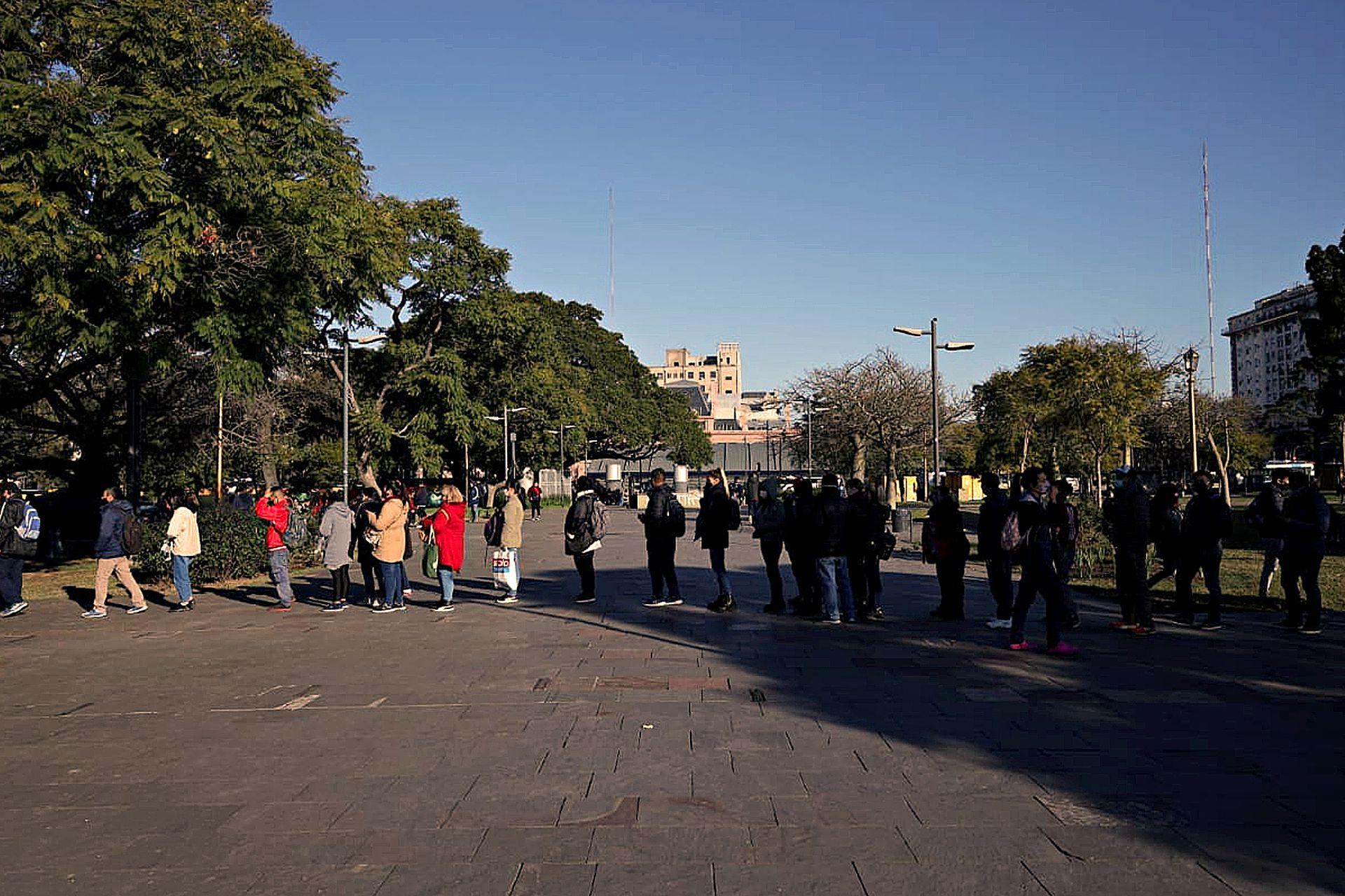 Largas filas de pasajeros en la estación Constitución