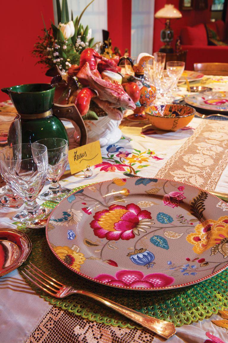 La mesa, impecable, está lista para recibir a los amigos. El dueño de casa eligió unos platos de Sentido que combinó con jarras traídas de México y un centro de mesa con pescados que le regalaron.