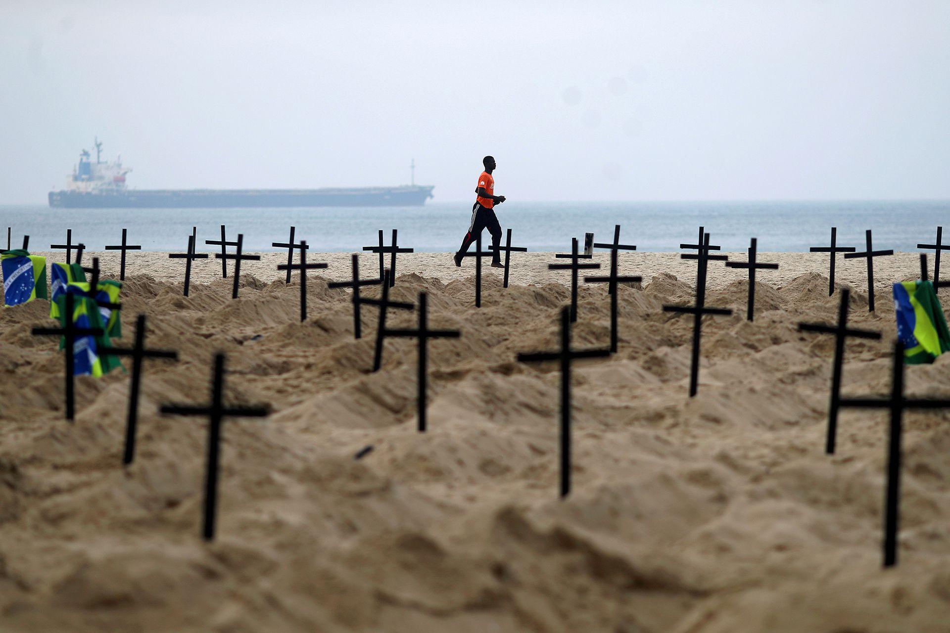 La gente pasa haciendo actividades deportivas frente al cementerio que fue armado en señal de protesta