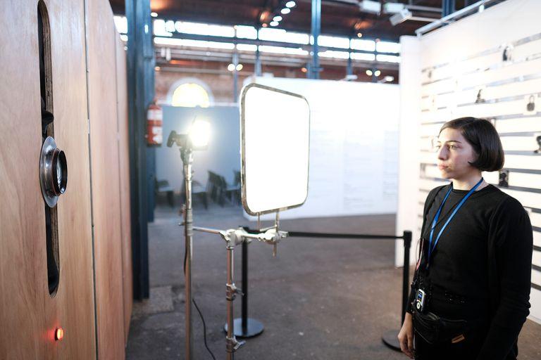 """Una joven posa frente a la """"cámara humana"""" de Vivian Galban"""