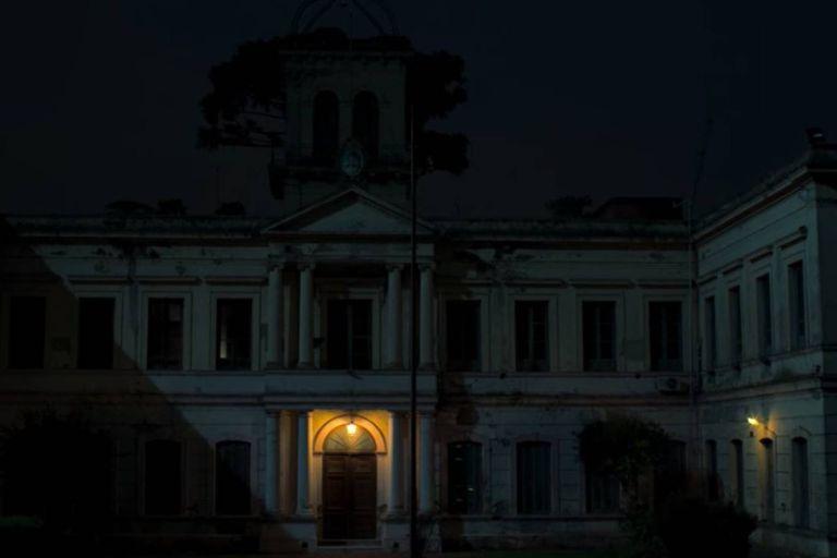 El edificio, que hoy pertenece a la Universidad de La Plata, es en la ficción un instituto para niños de la calle llamado Hogar de la Luz