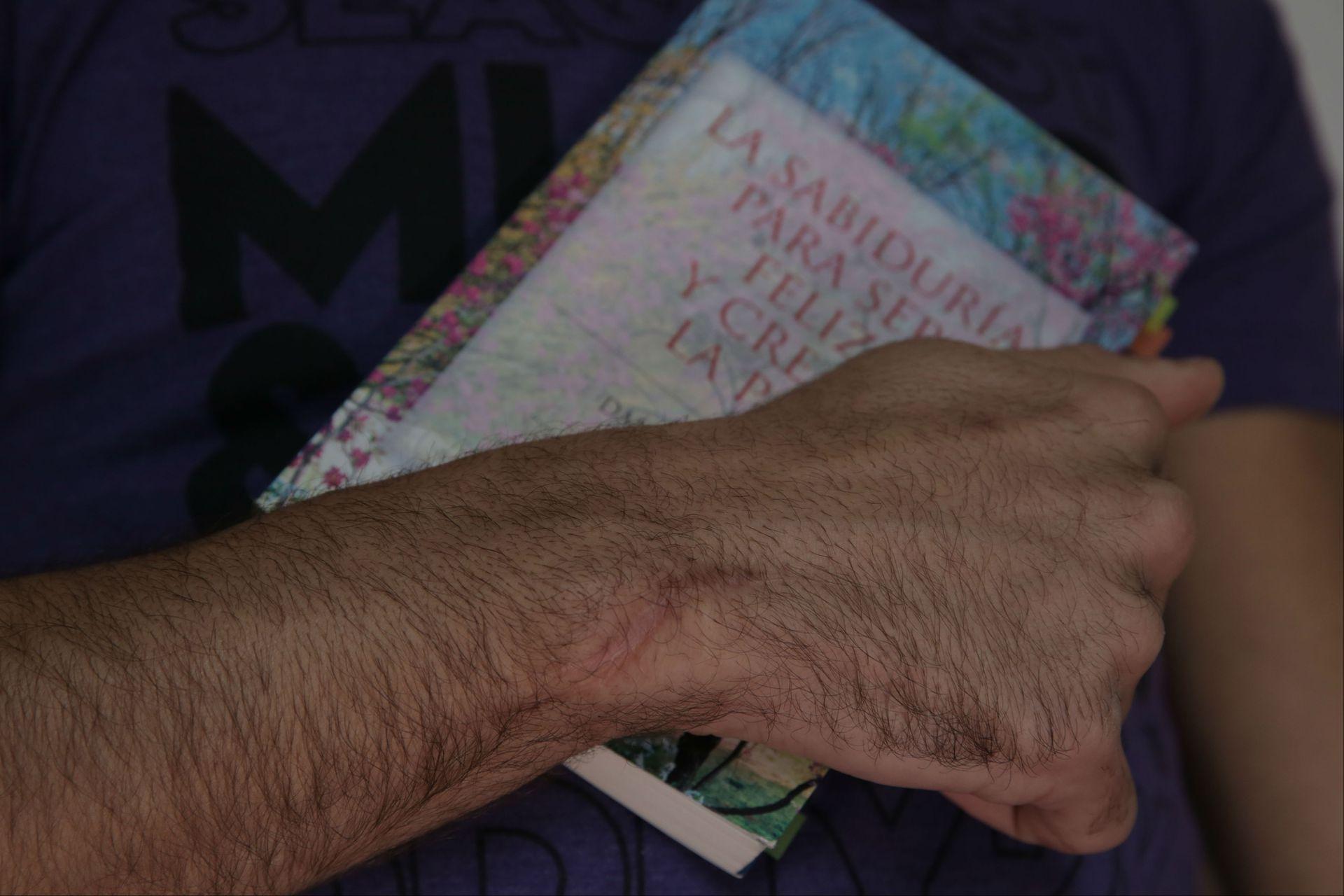 Boris muestra un libro budista y una marca que le dejó la caída