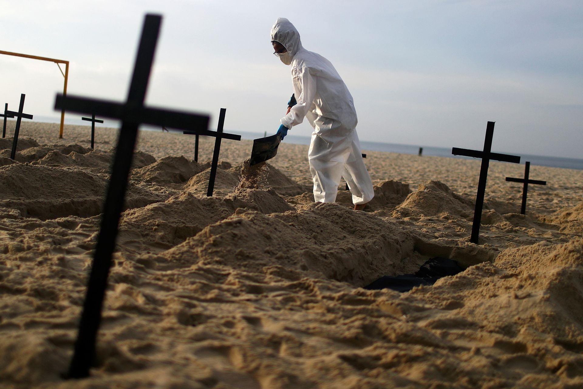 En Brasil cavan tumbas en la playa de Copacabana para honrar a los muertos y protestar contra Jair Bolsonaro