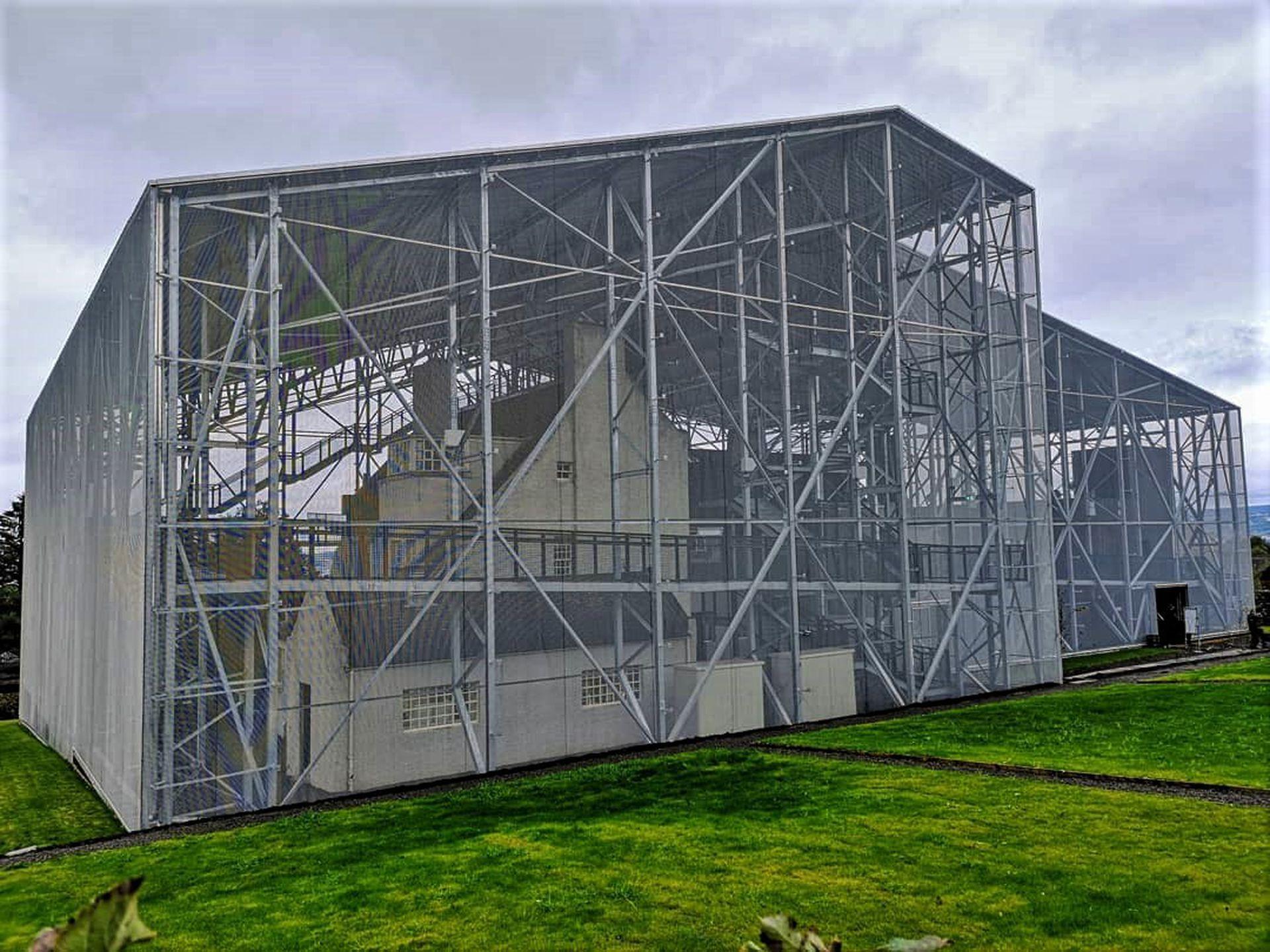 Hill House con la cubierta metálica en pleno proceso de preservación, pero abierta al público.