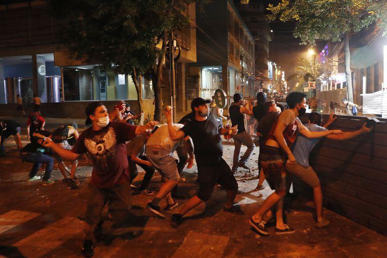 Enfrentamientos con manifestantes luego de una protesta contra la corrupción y carencias en el sistema de salud en Asunción